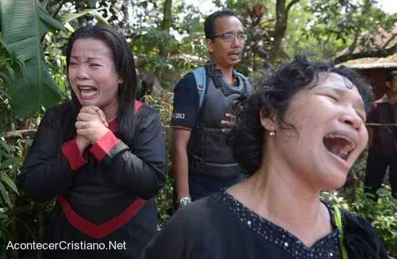 Cristianos lloran por cierre de iglesia en Indonesia