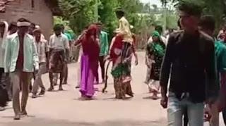 पति को कंधे पर बैठाकर गांव में घुमाने के मामले में पुलिस ने 20 लोगों के खिलाफ केस दर्ज किया