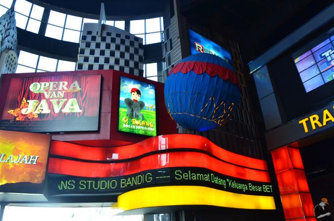 Bergambar di luar Trans Studio Bandung