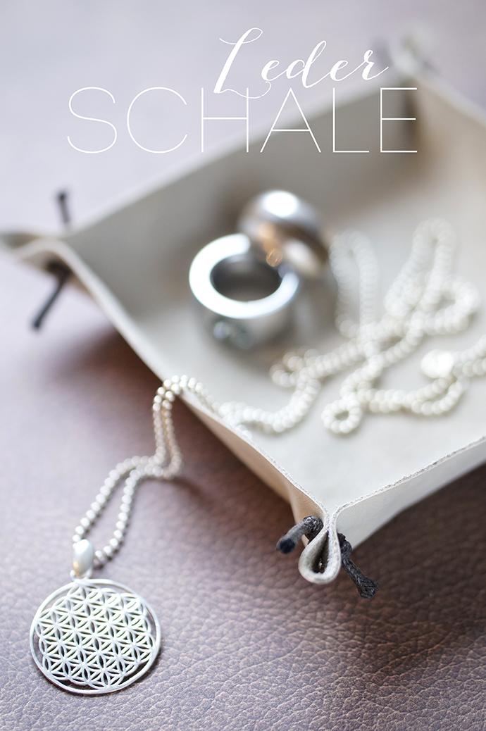 Schmuckschale aus Leder, mit Kette und Ringen