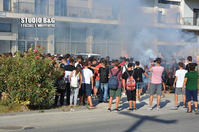 Διαμαρτυρία μαθητών με συνθήματα και καπνογόνα  στην Περιφερειακή Ενότητα Αργολίδας (βίντεο)