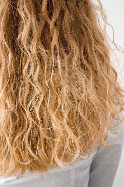 stylizacja włosów kręconych produktami Joanna