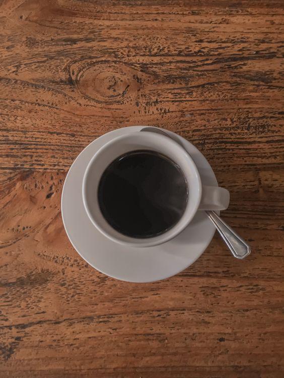 Gambar secangkir kopi hitam