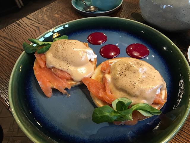 """Стильные завтраки в """"Moregrill"""", яйца Бенедикт с панкейками и филе лосося"""