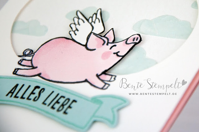 Bente Stempelt Stampin Up Glücksschweinchen Blends Strukturpaste Flügel Alles Liebe Technik Stanzen Big Shot inverse Schwein Schweinchen Flügel Wolken Himmel blau weiß weiss