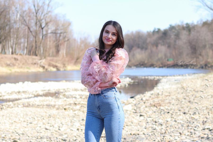 Różowa bluzka i mom jeans