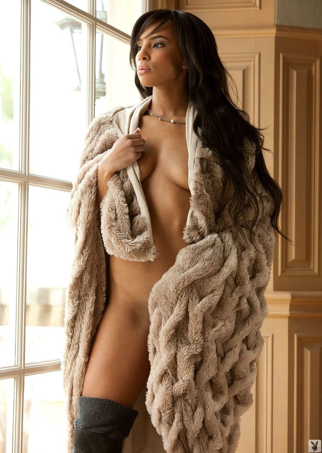 Обнаженная девушка в пальто фото