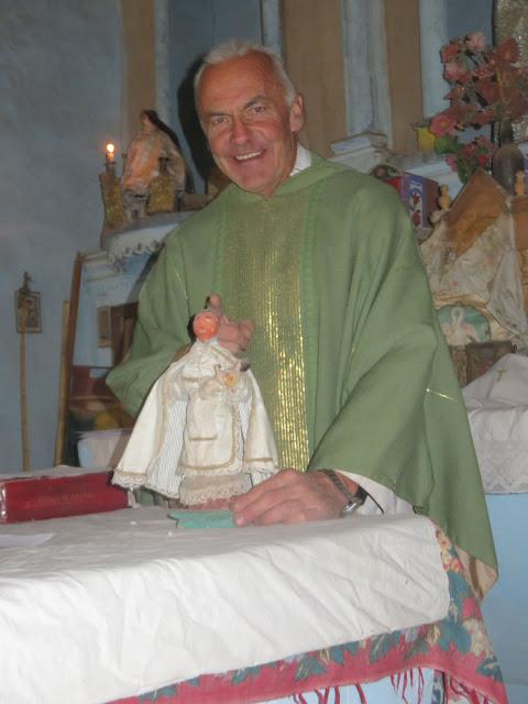 """Den Hl. Antonius der Kapelle in Chuqui hatten Sektenfanatiker einst den Hang runter in den Fluss geworfen. Er war danach """"kopflos"""". Inzwischen hat er aber wieder einen. Ein Lehrer für Kunst hatte ihm einen gefertigt."""