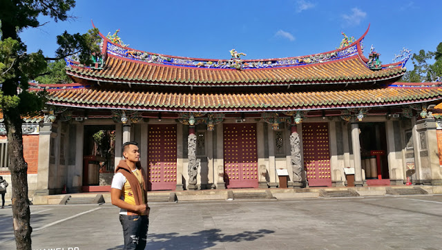 OOTD Pose infront of the temple