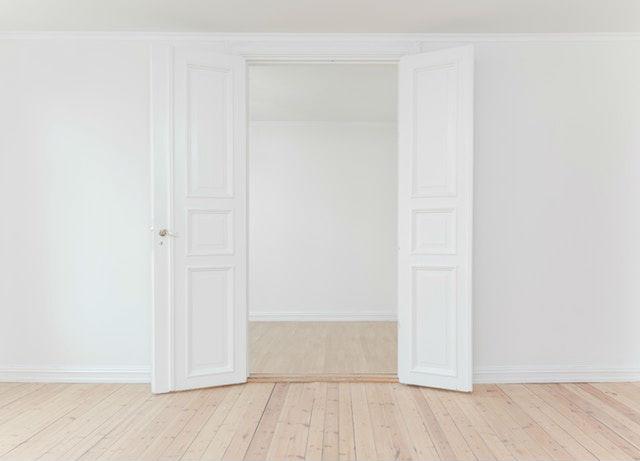 Cómo reformar tu hogar rápido gracias a la obra seca, puertas de interior pintadas