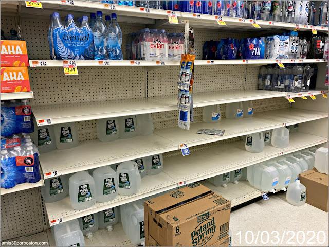 Supermercado de Massachusetts con Estanterías Medio Vacías de Agua durante la Emergencia del Coronavirus