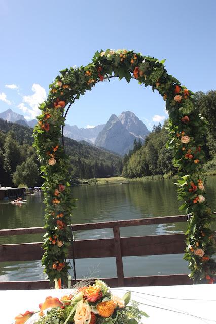 Rosenbogen zur Trauung - Hochzeit mit Reisemotto in Orange, Pfirsich, Apricot - Niederlande meets Russland in Garmisch-Partenkirchen, Riessersee Hotel, Bayern - Travel themed wedding orange colour scheme