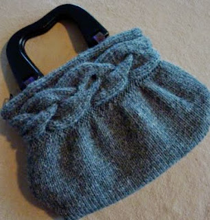http://translate.google.es/translate?hl=es&sl=en&tl=es&u=http%3A%2F%2Fwww.krazyawesome.com%2Fknitmonster%2Fcable-band-bag.html