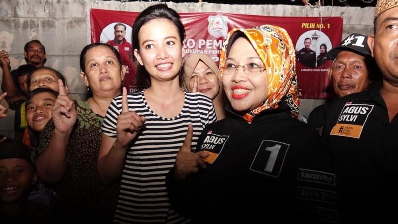 Sylviana Murni berpose dengan warga pendukungnya