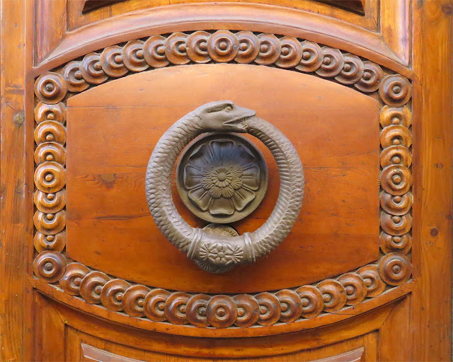 Ouroboros door handle and knocker, Palazzo Uzielli, Via dell'Indipendenza, Livorno
