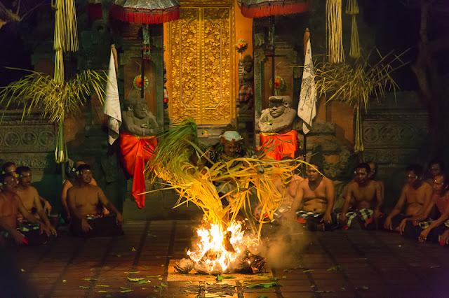 kecak dance batubulan ubud bali indonesia