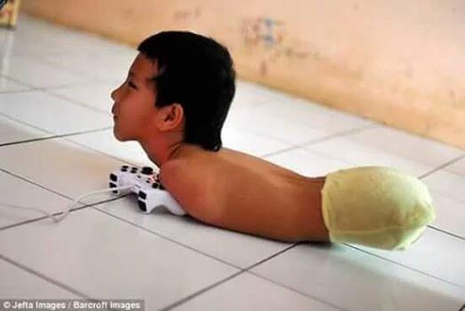"""Subhanallah """"Belajarlah Bersyukur dari Anak Ini Semoga Foto ini Menginspirasi Kita Semua Amin. Silahkan share bila suka"""