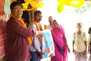 #JaunpurLive : लाभार्थियों को वितरित किया निःशुल्क राशन व बैग