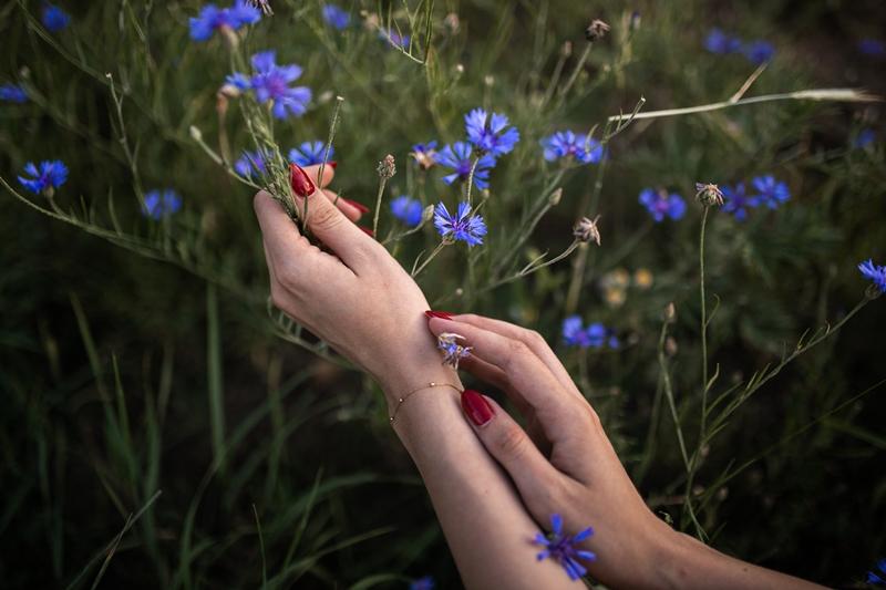 dłonie i kwiaty