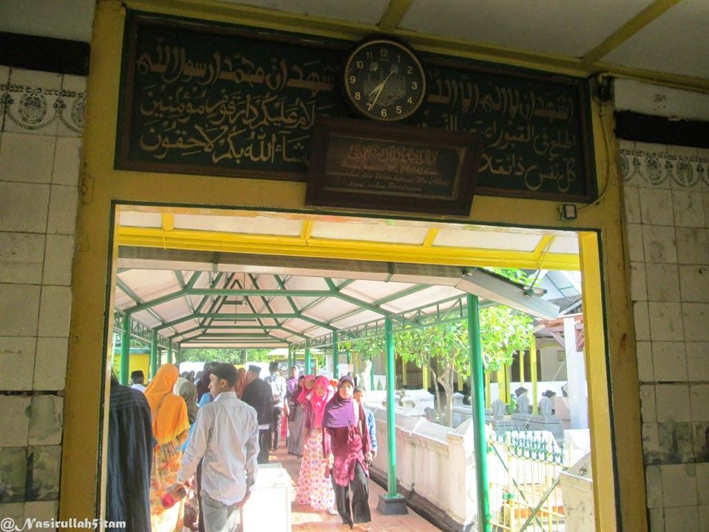 Memasuki gerbang pintu masuk makam Kadilangu