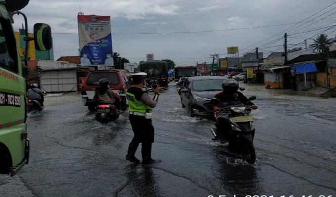 Antisipasi Lakalantas Akibat Genangan Air, Satlantas Polres Serang Bersama Ditlantas Polda Banten Laksanakan Gatur