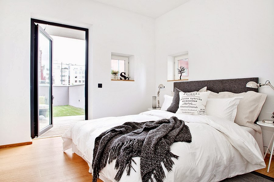 Białe wnętrze z czarnymi i niebieskimi akcentami, wystrój wnętrz, wnętrza, urządzanie domu, dekoracje wnętrz, aranżacja wnętrz, inspiracje wnętrz,interior design , dom i wnętrze, aranżacja mieszkania, modne wnętrza, styl skandynawski, scandinavian style, białe wnętrza, sypialnia