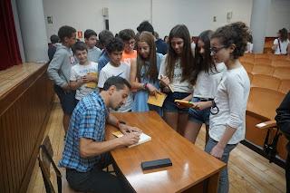 Hector Cajaraville firmados los libros de los alumnos de Carmelitas Ourense