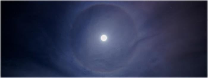 arco-íris e anel ao redor da Lua