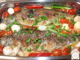 Peste prajit cu legume reteta cu rosii cherry ciuperci usturoi ardei capia ceapa verde patrunjel sos de vin lamaie retete culinare mancare de pastrav pescareasca de casa,
