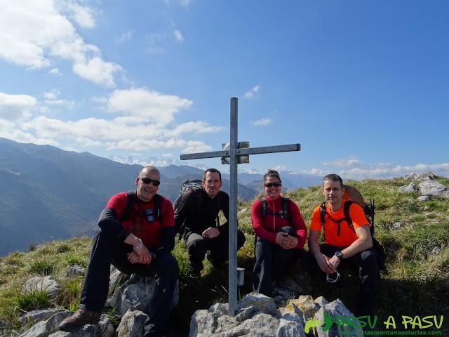 Ruta a la Pica de Peñamellera: Buzón y cruz en la cima