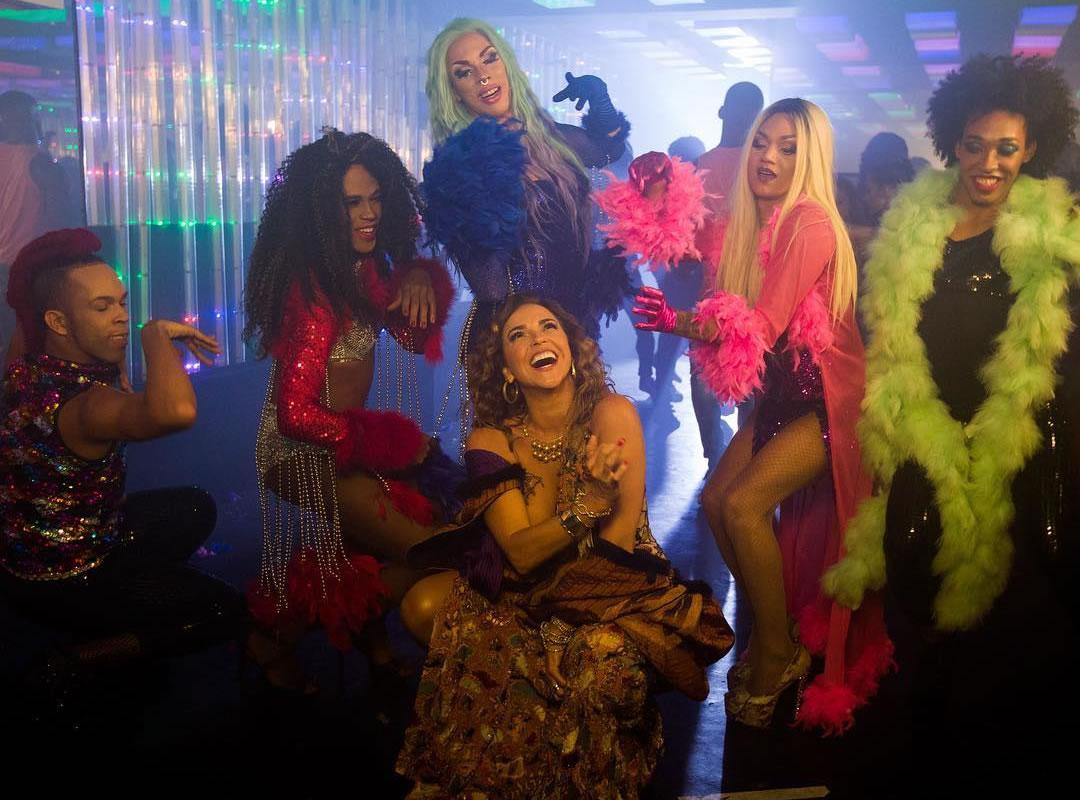 Com beijo gay, drags e muita diversidade, Daniela Mercury lança novo clipe; assista!