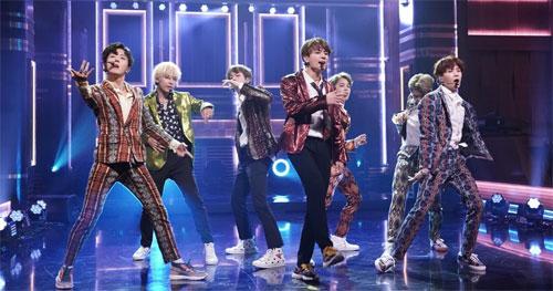 """BTS tampil di """"The Tonight Show yang Dibintangi Jimmy Fallon"""" pada September 2018."""