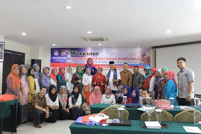 Para peserta workshop foto bersama dengan para panitia dan Walikota Padang. (Dok. Istimewa)