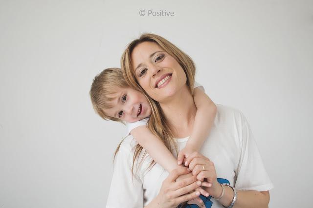 Fotografía realizada por Leticia Martiñena, fotógrafa de niños y  familia en el estudio de Positive en Roldán, para el día de la madre.