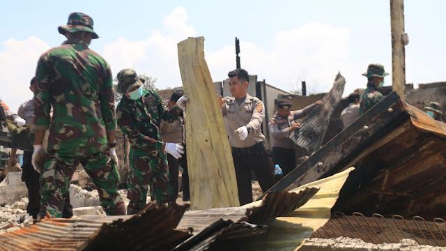 TNI dan Polri Bersihkan Puing-Puing Sisa Kebakaran Pasca Kerusuhan PPU