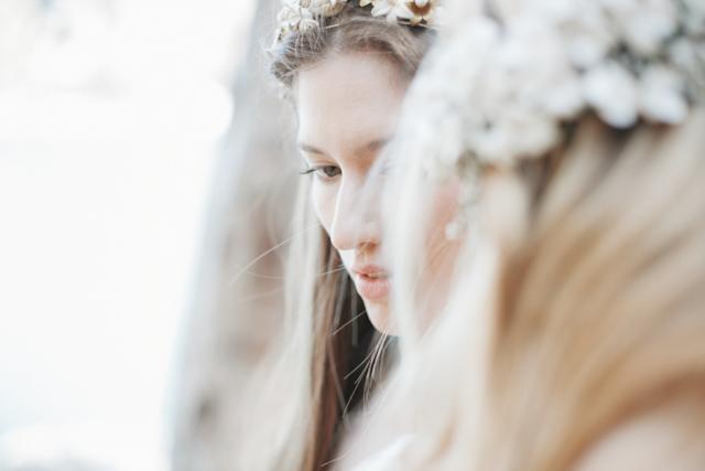 editorial inspiración novias cortana jose maria peiro white day salvaje vestido vaporoso corona de flores
