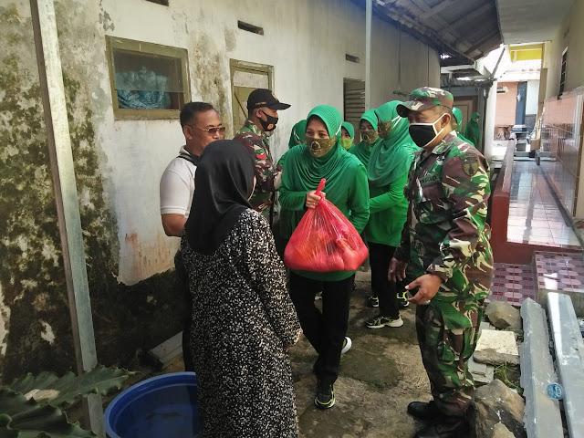 "Mojokerto, - Persit Kartika Chandra Kirana (KCK) Cabang XXX Kodim 0815/Mojokerto Koorcab Rem 082,  menyaluran Paket Sembako di Makoramil 0815/17 Trawas, Jalan Raya Trawas, Kecamatan Trawas Kabupaten Mojokerto, Jawa Timur, Jum'at (10/07/2020).  Kegiatan rutin yang dikemas dalam ""Jum'at Berkah Berbagi Untuk Sesama"" tersebut, dipimpin langsung Ketua Persit KCK Cabang XXX Kodim 0815/Mojokerto Ny. Vita Dwi Mawan beserta Pengurus Persit KCK Cabang XXX.  Danramil 0815/17 Trawas Kapten Arh Suminto, yang hadir dan mengikuti kegiatan tersebut, saat dikonfirmasi mengungkapkan, kegiatan bakti sosial pembagian paket Sembako merupakan bentuk kepedulian Persit terhadap masyarakat kurang mampu.  ""Baksos ini tentunya dapat dirasakan langsung manfaatnya oleh warga penerima bantuan,"" ungkapnya.  Masih kata Danramil,  kegiatan ini dapat dijadikan acuan sekaligus memotivasi Persit Ranting Koramil, untuk berbuat hal serupa. Tak lupa Danramil juga mengucapkan terima kasih kepada Ketua Persit KCK Cabang XXX beserta Pengurus yang telah membantu warga binaan Koramil Trawas.  Pantauan di lapangan, penyaluran paket Sembako berupa beras 5 kg, minyak goreng 1 kg, gula 2 kg, kecap botol, mie instan 5 bks, dan teh Sariwangi 1 kotak tersebut dibagikan di Makoramil dan sebagian diantarkan ke sasaran langsung oleh Ketua Persit KCK Cabang XXX dengan didampingi Ketua Persit Ranting 18 Koramil 0815/17 Trawas, serta dihadiri Kepala Desa Trawas, Wulyono dan warga penerima bantuan sebanyak 15 orang.  Selain di wilayah Trawas, bakti sosial serupa juga berlangsung di Balai Dusun Kuten Desa Karangkuten Kecamatan Gondang Kabupaten Mojokerto. Baksos penyaluran 15 paket Sembako tersebut diserahkan Ketua Persit KCK Ranting 19 Koramil Gondang Ny. M. Saikhu Anwar beserta Pengurus, serta disaksikan, Babinsa, Bhabinkamtibmas dan Kasun setempat.  Sekedar informasi, Jumat berkah Berbagi Untuk Sesama,  merupakan Program Rutin Persit KCK Cabang XXX Kodim 0815/Mojokerto, yang digelar setiap tiga bulan sekali. (Jayak)"