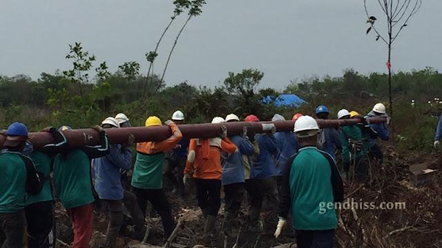 Proses pembangunan tiang pembantu sementara oleh pegawai PLN