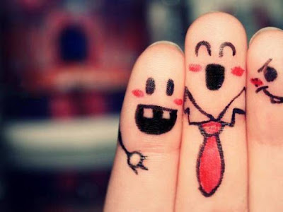 Manos de tres dedos pintados juntos y que parecen amigos
