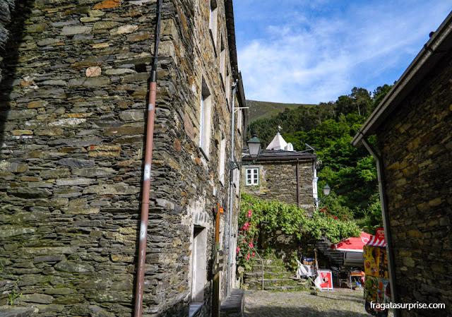 Casas construídas com lascas de xisto na aldeia de Piódão, Portugal