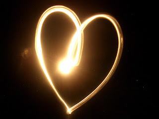 قلب مرسوم بالضوء النور