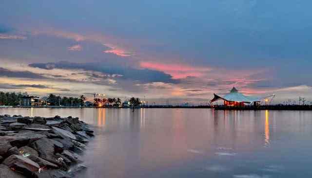 Panorama Pantai Ancol Saat Senja