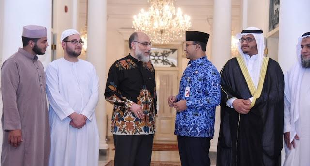 Awali Ramadhan, Gubernur Anies Lakukan Sholat Tarawih Bersama Keluarga