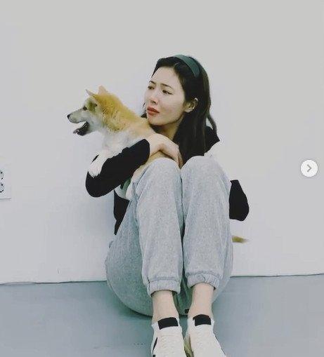 Hyuna, sahiplendiği terk edilmiş köpek ile poz verirken duygulandı