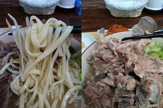 骨汁そばの麺と出汁骨の写真