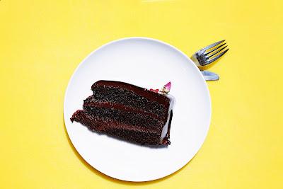 fluffiger, dunkler schokoladenkuchen