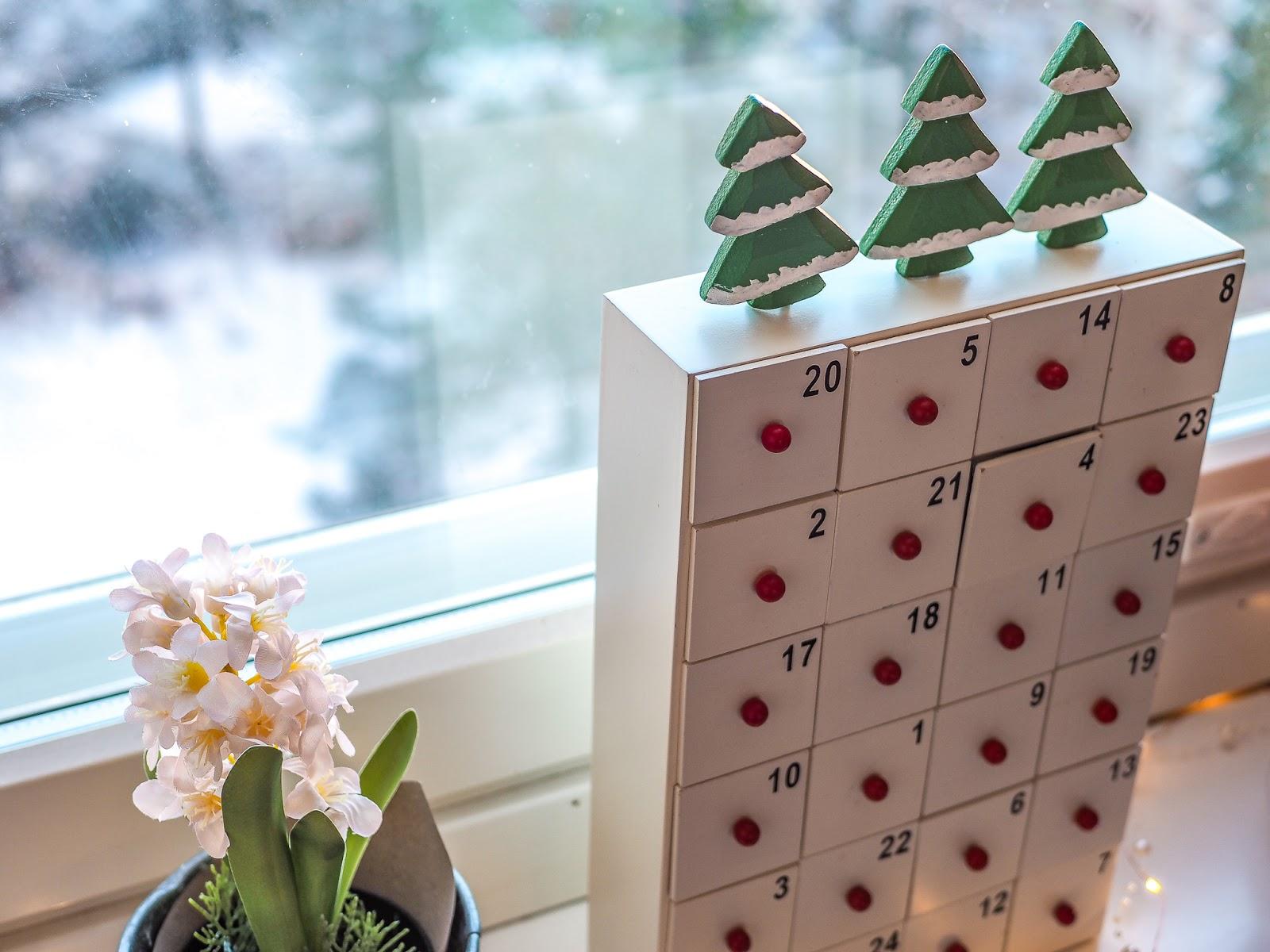 Aineeton joulukalenteri perustuu yhdessä tekemiseen. Joka päivä tehdään yhdessä jotain mukavaa, kuten leivotaan, askarrellaan tai mennään retkelle.