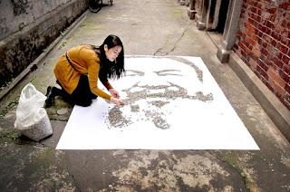 Retrato de Ai Weiwei por Red Hong Yi con semillas de girasol