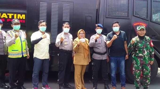 Polres Malang Semprot Cairan Disinfektan Guna Memutus Mata Rantai Virus Covid-19