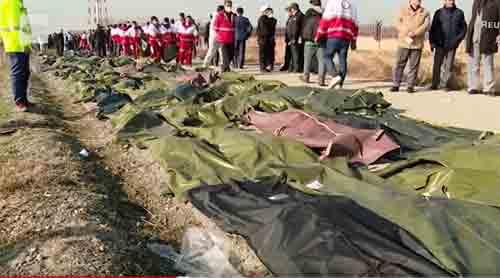 Sebuah tim penyelamat mengumpulkan mayat para korban kecelakaan pesawat Ukraina di barat daya ibukota Teheran, Iran. Foto CNN.COM